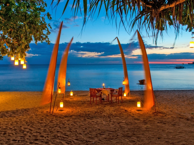 43p-amanwana,-indonesia--–-beach-dining-at-dusk_office_1606